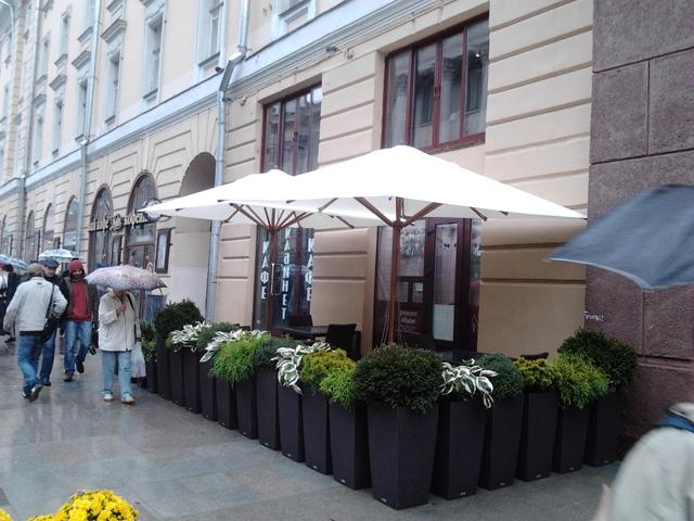 Уличный зонт на веранде летнего кафе